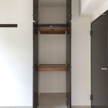【洋室5.5帖】上の収納用に脚立があるといいかも。※写真は2階の同間取り別部屋のものです