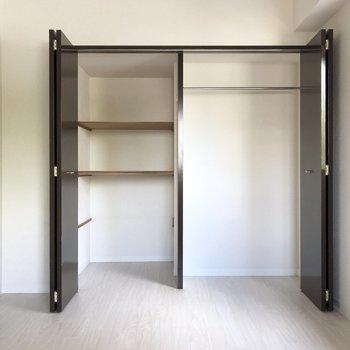 【洋室4.9帖】とってもワイドなクローゼット。※写真は2階の同間取り別部屋のものです