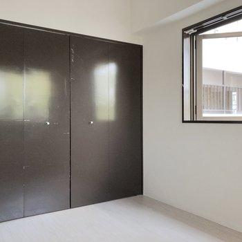 【洋室4.9帖】家具は必要最低限で、スッキリ過ごしたいですね。※写真は2階の同間取り別部屋のものです