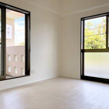【洋室5.5帖】よく日が差して、明るいですよ。※写真は2階の同間取り別部屋のものです
