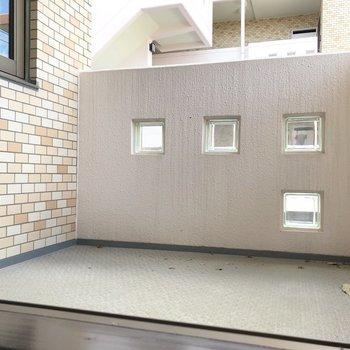 【洋室5.5帖】なんとバルコニー付き。※写真は2階の同間取り別部屋のものです