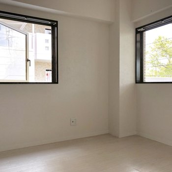 【洋室4.9帖】コンパクトながら2面採光。※写真は2階の同間取り別部屋のものです