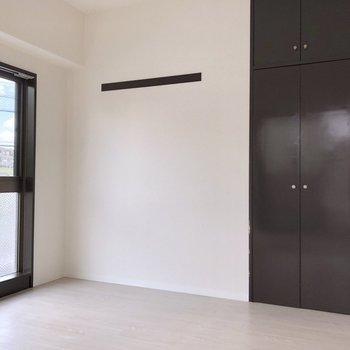 【洋室5.5帖】絵を飾ったりするのに使える長押があります。※写真は2階の同間取り別部屋のものです