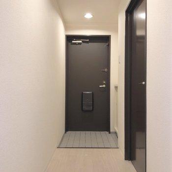 奥行きのある廊下の先に玄関。※写真は2階の同間取り別部屋のものです