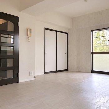 【LDK】奥には押入れがあります。※写真は2階の同間取り別部屋のものです