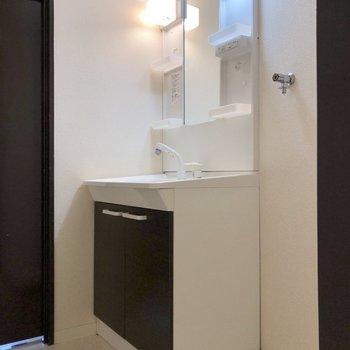 洗面台と洗濯機置き場。※写真は2階の同間取り別部屋のものです