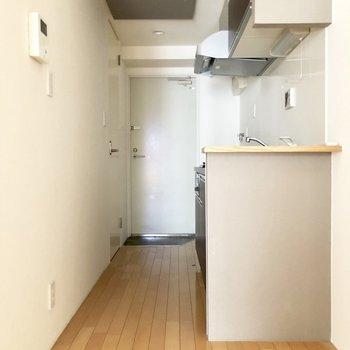 ワンルームですが間取りを活かして1Kの様に。キッチンとお部屋を切り離せます。※写真は2階の同間取り別部屋のものです
