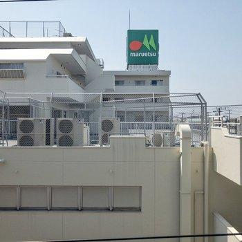 眺望は全体的に白い。緑の看板がアクセントに。