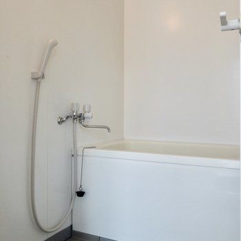 シンプルな浴室。ラックなどがあると便利に。