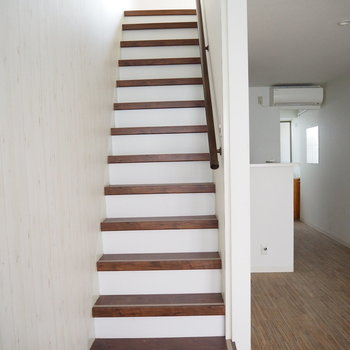 階段は手すり付き。二階に参りましょう。