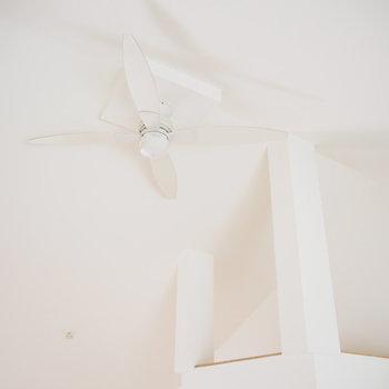 天井にはシーリングファンが!