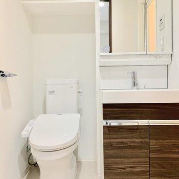 トイレは脱衣所にあります