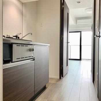 冷蔵庫は奥に置けますね※写真は7階の同間取り別部屋のものです