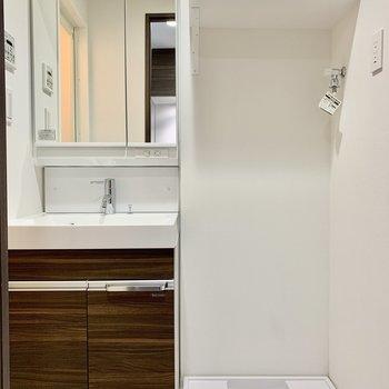 洗濯機置場の上には棚があって便利です※写真は7階の同間取り別部屋のものです