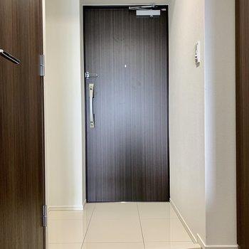 玄関はスペース広めですよ※写真は7階の同間取り別部屋のものです
