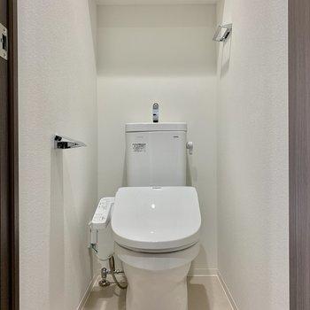玄関すぐにトイレです※写真は7階の同間取り別部屋のものです