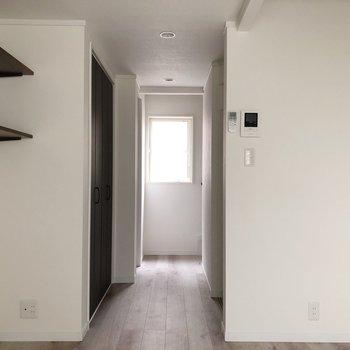 【2階】廊下の奥にも窓が※写真は通電前のものです