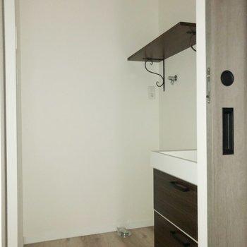 【1階】奥の扉を開けると脱衣所