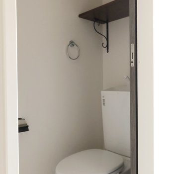 【2階】トイレはこちらに、しっかり収納棚も◎