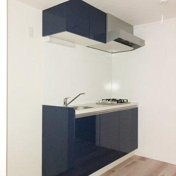 【1階】深いブルーのかっこいいキッチンです