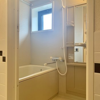 浴室に窓があるので、空気の入れ替えなどしっかりできますね