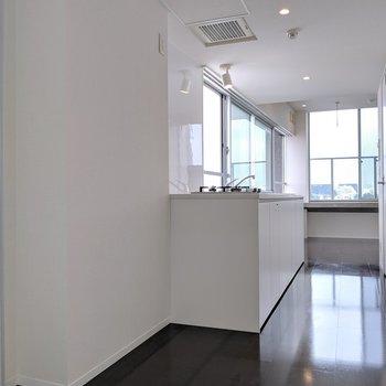 キッチン収納にはこちらのスペースも使えますよ
