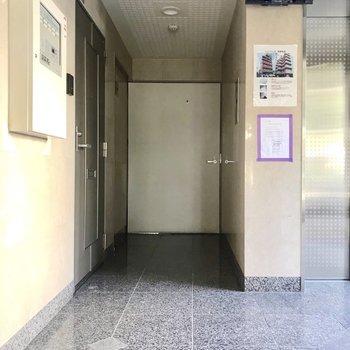 エントランスには防犯カメラがあって安心。正面のドアの先にお部屋があります。