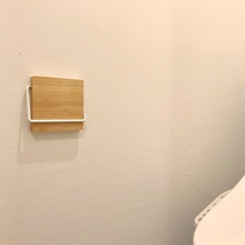 ペーパーホルダーとタオルハンガーは木製のものを。
