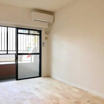 エアコンも新品で快適!窓際にベッドを置きたいな。