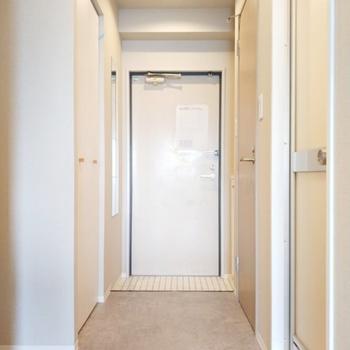 【完成イメージ】廊下〜玄関はグレーのフロアタイル。