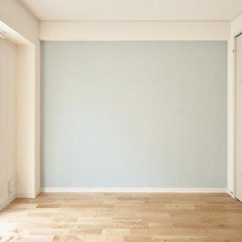 【完成イメージ】一面にはアクセントクロスを。1階はこのさわやかなブルー!