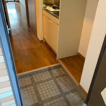 【工事前】玄関横が洗濯機置き場。ちょっとコンパクトなのでサイズは事前に確認を!