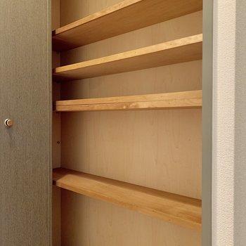玄関横にも収納。小物を整理。
