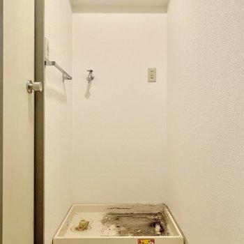 洗濯機はサニタリーの前に。※写真はクリーニング前のものです