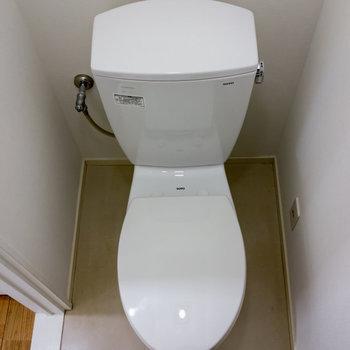 お手洗いはやや手狭。※写真は1階の同間取り別部屋のものです