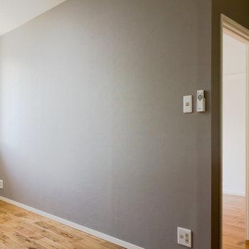 【LDK】灰色のクロスが程よいアクセントに!※写真は1階の同間取り別部屋のものです