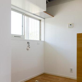 【LDK】冷蔵庫と洗濯機はシンクの背面に。※写真は1階の同間取り別部屋のものです