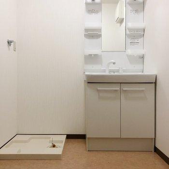 脱衣所は広めで、洗濯機置き場も。