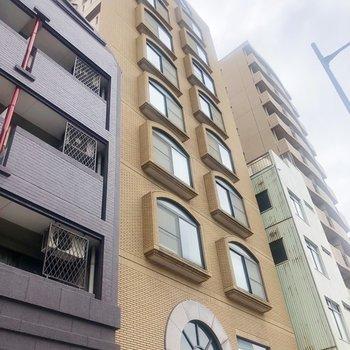 大通りの前に建つ大きなマンション。