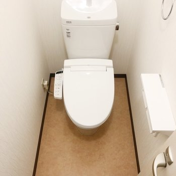 清潔なトイレにはウォシュレットもついています。
