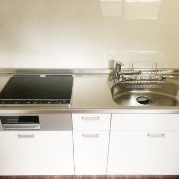 システムキッチンには3口のIHコンロがついていますよ。