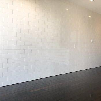 真っ白でタイル感のある綺麗な壁でした。