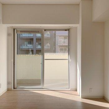 6.2帖の洋室。横に出窓のようなものが。