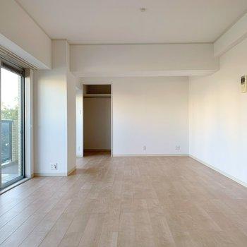 縦長のLDK。好きな家具なんでも置けそうな広さがあります。