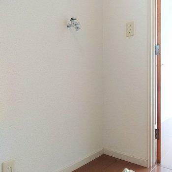 キッチンの右横に洗濯機を置く場所があります。