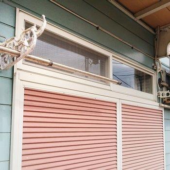 窓の上側に物干し掛けがあります。