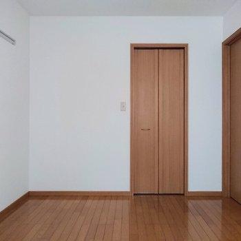 【洋室】正面の扉が押し入れの扉です。