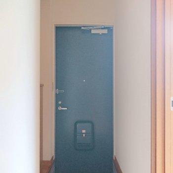 玄関には大きい段差がございます。