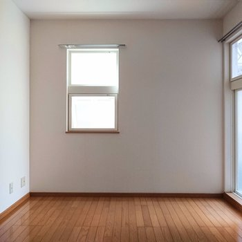 【洋室】白とブラウンがカフェラテみたいですね。