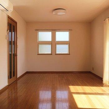 【LDK】出窓も多く、風通しがいいカンジです。